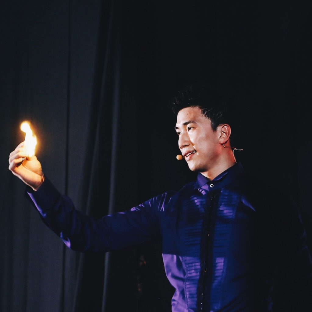 magicien-flamme-main